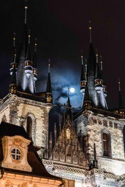 La luna llena se asoma en la Iglesia de Tyn