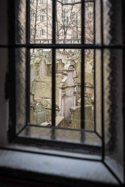 Tras la ventana de la Sinagoga del Cementerio Judio
