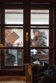 Tras la ventana_
